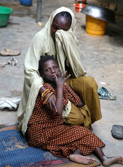 Firdausi, una de las víctimas del Trovan, con su madre